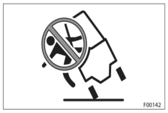 khong duoc nhay khoi xe khi xe bat dau nghieng