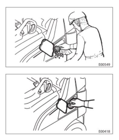 than trong khi nap nhien lieu cho xe nang hang